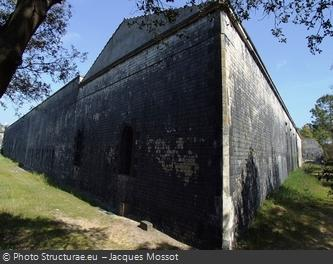 Les murs extérieurs du Fort des Saumonards