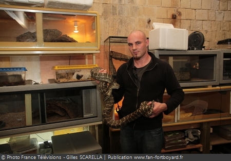 Denis LEBON dans l'animalerie de Fort Boyard