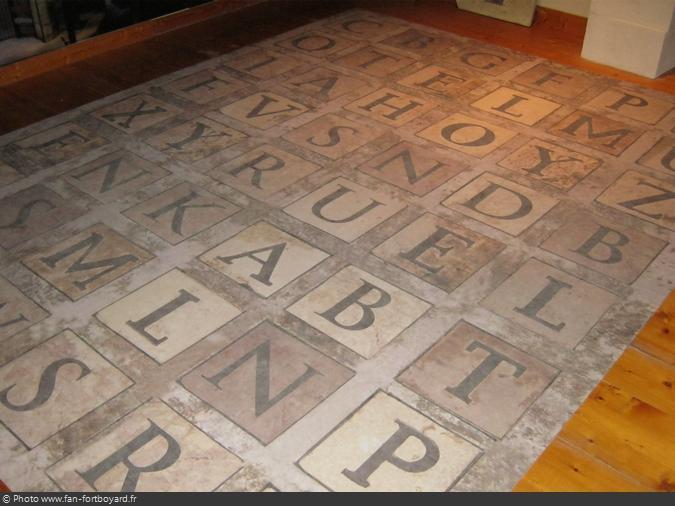 Reproduction de l'alphabet géant de la Salle du Trésor