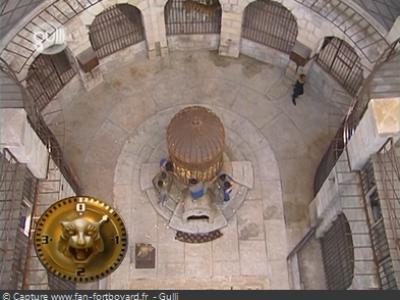 Le sol réhaussé pour l'épreuve de la Cage aux tigres en 1997 En savoir plus sur http://www.fan-fortboyard.fr/pages/emission/salle-du-tresor-de-fort-boyard.html#g7fioRLtTaYkxvP1.99