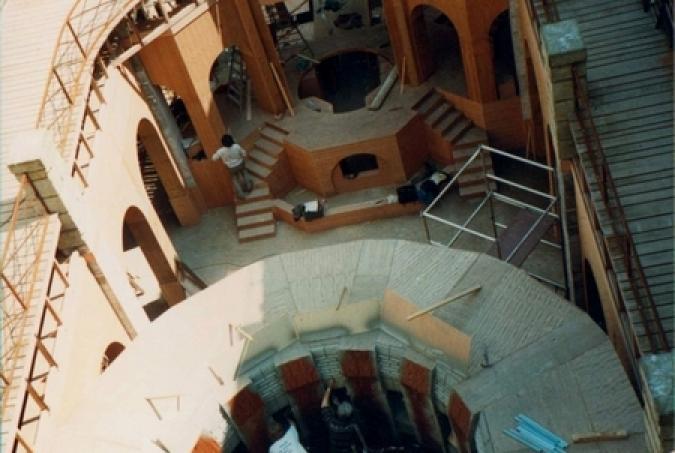 Construction de la Salle du Trésor en 1990 : les murs en bois sont encore visibles