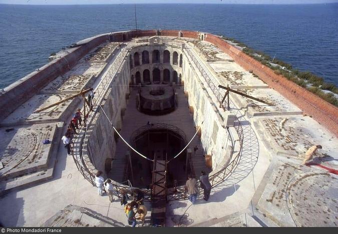 Fort Boyard 1990 - Sur la terrasse encore engazonnée, le nouveau Saut intérieur pour la Clé en or se met en place