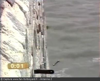 Fort Boyard 1991 - La Varappe reçoit le premier pétard. Une cartouche est reliée à une longue mèche qui se consume