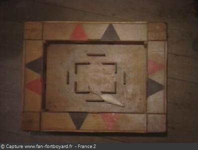 Fort Boyard 1992 : La table avec le rat et les portes colorées : rouges et noires