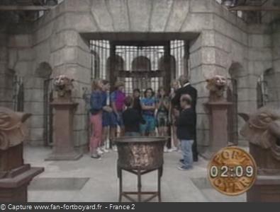 Fort Boyard 1992 : La porte de la Salle du Trésor et le chaudron devant
