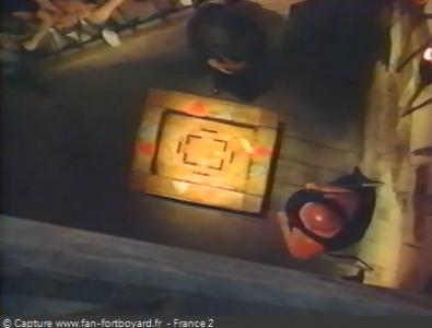 Fort Boyard 1994 : La table avec le rat et les portes colorées : rouges et noires