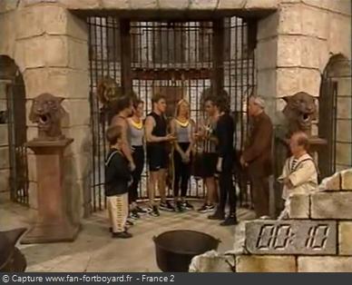 Fort Boyard 1995 : Reflexion du mot-code devant la porte de la Salle du Trésor