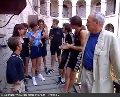 Fort Boyard 1996 - Les candidats portent des tenues noires pour la première fois, avec les célèbres trois bandes blanches de la marque Adidas