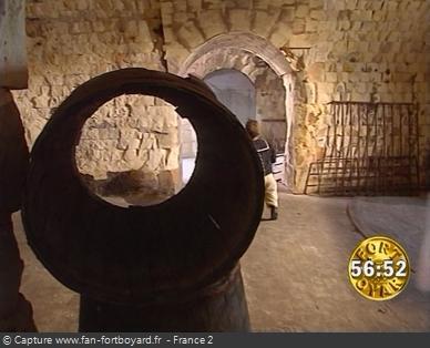Fort Boyard 1996 - Les candidats traversent la cellule 211 vide, où l'incendie a tout déduit quelques semaines plus tôt