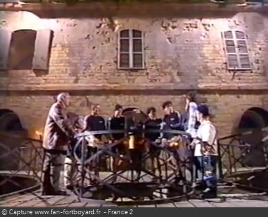 Fort Boyard 1996 : L'équipe arrive au rond central lors des nocturnes