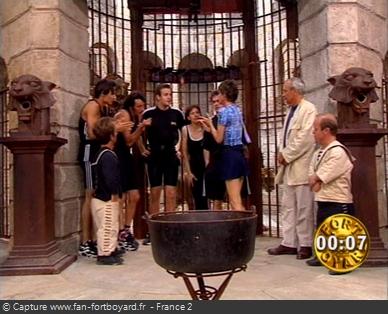 Fort Boyard 1996 : Reflexion du mot-code devant la porte de la Salle du Trésor