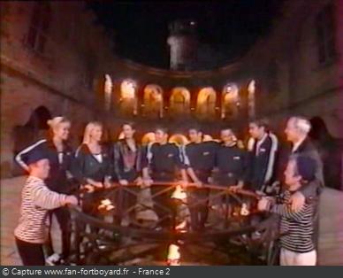 Fort Boyard 1997 : L'équipe arrive au rond central en nocturne