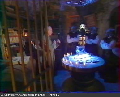 Fort Boyard 1998 - Le décor du pré-générique est le repère des Maîtres des Jeux, à côté du Conseil