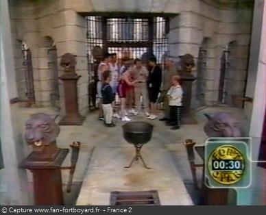 Fort Boyard 1998 : Réflexion du mot-code devant la porte de la Salle du Trésor