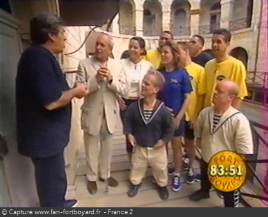 Fort Boyard 1999 : L'émission commence directement devant la porte d'une cellule