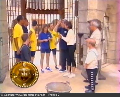 Fort Boyard 1999 : Réflexion du mot-code devant la porte de la Salle du Trésor