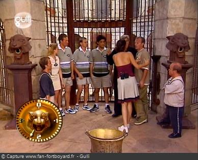 Fort Boyard 2000 : Réflexion du mot-code devant la porte de la Salle du Trésor