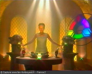 Fort Boyard 2001 : Dans la salle du Cercle des Lumières, Lumineuse mélange deux couleurs primaires pour faire la Couleur du jour