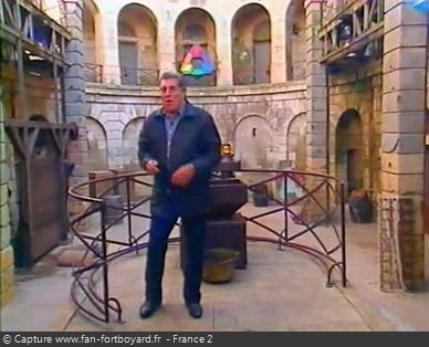 Fort Boyard 2001 : Jean-Pierre CASTALDI ferme l'émission seul depuis le proscénium