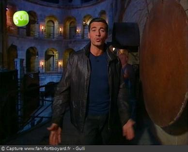 Fort Boyard 2003 : Olivier poursuit la séquence d'introdiction en nocturne, la nuit étant la grande nouveauté de la 14e saison