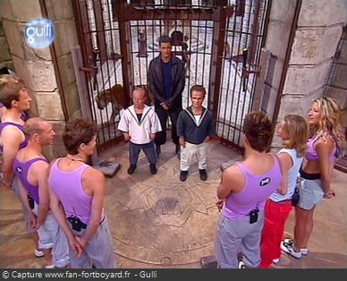 Fort Boyard 2003 : La présentation de l'équipe a lieu devant la porte de la Salle du Trésor