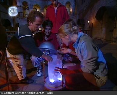 Fort Boyard 2003 : Lorsque la barre se rétracte, l'équipe peut ouvrir la Lanterne et prendre le Cristal