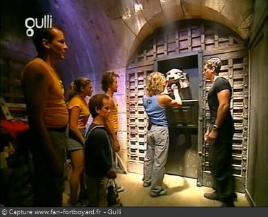 Fort Boyard 2003 : Le Cristal se place au-dessus de la porte du Conseil pour l'ouvrir