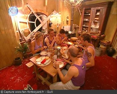 Fort Boyard 2003 : Dans le Quartier de vie, les candidats mangent