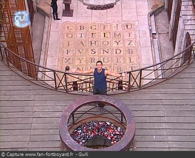 Fort Boyard 2003 : Olivier Minne termine l'émission depuis la passerelle du 1er étage