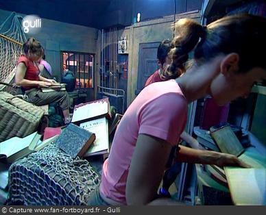 Fort Boyard 2004 - Dans la Bibliothèque, les candidats cherchent un code dans les livres
