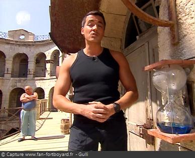 Fort Boyard 2005 : Olivier Minne ouvre l'émission depuis un lieu du fort