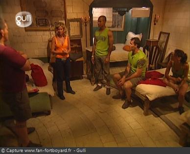 Fort Boyard 2005 : Visite du Quartier de vie (dortoir) avec Sarah Lelouch