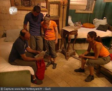Fort Boyard 2005 : Un candidat découvre le paquetage pour la suite de l'aventure