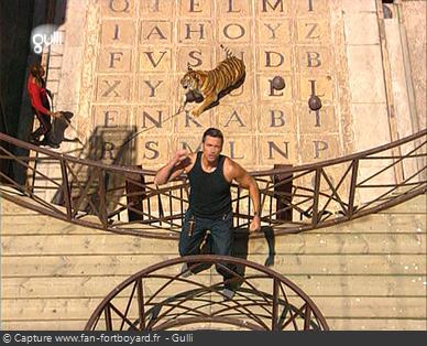 Fort Boyard 2005 : Olivier Minne termine l'émission depuis la passerelle du 1er étage