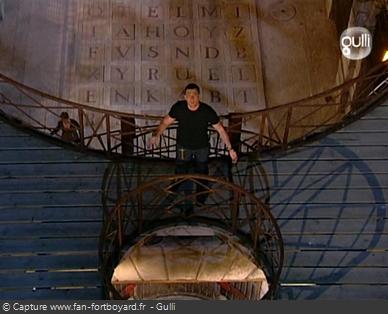 Fort Boyard 2006 : Olivier Minne termine l'émission depuis la passerelle du 1er étage