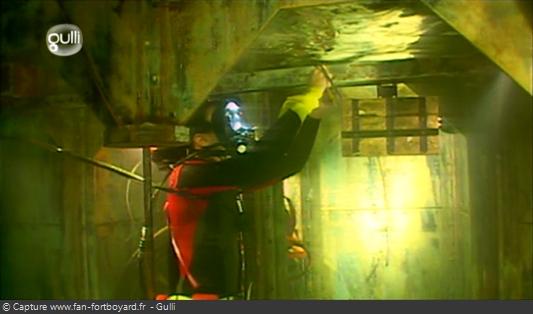 Fort Boyard 2008 : Dans la citerne, le plongeur déverouille le coffret pour le rapporter à la surface