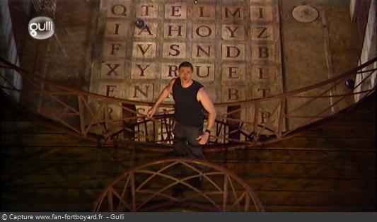 Fort Boyard 2008 : Olivier Minne termine l'émission depuis la passerelle du 1er étage