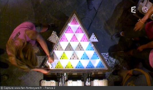 Fort Boyard 2009 : Pour finir, il faut placer les triangles en métal sur la table, afin d'éliminer une couleur et donc un coffret