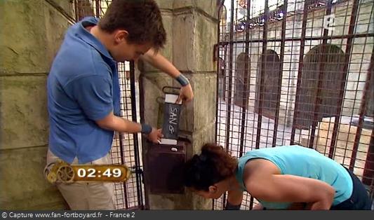 Fort Boyard 2010 : Chaque équipe note son mot-code sur une plaque de métal, ce qui permet d'ouvir la trappe d'accès au Trésor