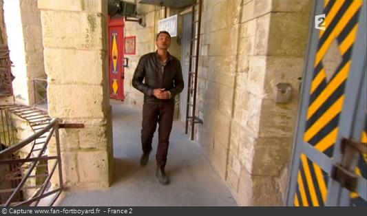 Fort Boyard 2011 : Olivier Minne ouvre l'émission depuis un lieu du fort en évoquant les nouvelles portes