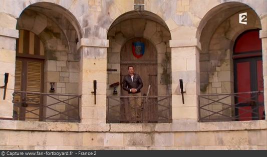Fort Boyard 2012 : Olivier Minne ouvre l'émission depuis un lieu du fort en évoquant les nouvelles portes