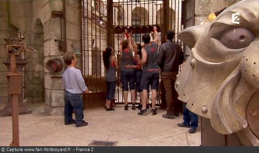 Fort Boyard 2012 : L'équipe met les clés dans les serrures en arrivant sur le proscénium