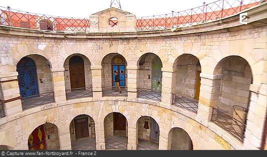 Fort Boyard 2013 : Olivier Minne ouvre l'émission depuis un lieu du fort en évoquant les nouvelles portes, le tout en HD !