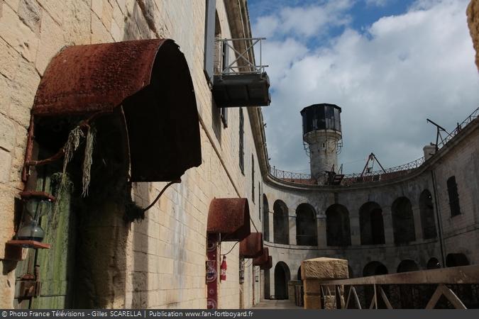 Fort Boyard 2014 - La cour intérieure, les portes des cellules et la vigie
