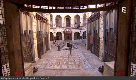 Fort Boyard 2014 : Olivier Minne ouvre l'émission depuis un lieu du fort en évoquant les nouvelles portes, ou la nouvelle Salle du Trésor !