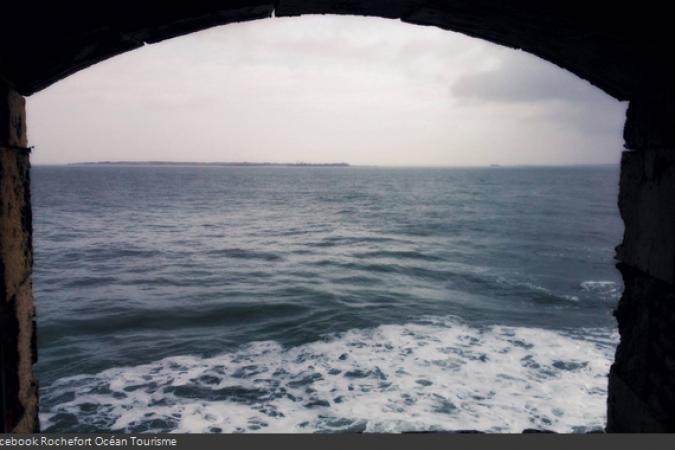Fort Boyard 2014 : Vue de l'île d'Aix depuis une fenêtre du Fort Boyard (25/03/2014 - ROT)