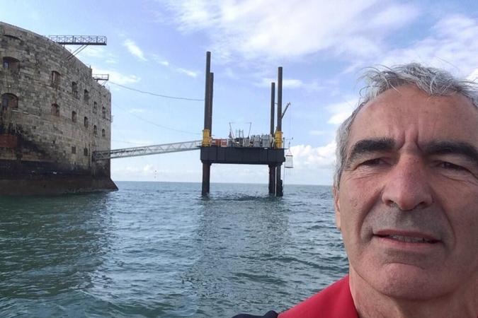 Fort Boyard 2014 : Raymond DOMENECH arrive à Fort Boyard (31/05/2014 - R. Domenech)