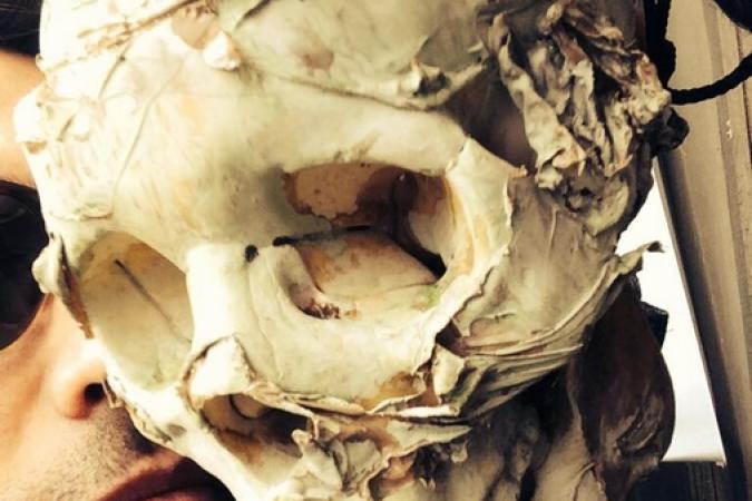 Fort Boyard 2014 : Willy sur le fort avec un squelette (22/05/2014 - W. Rovelli)