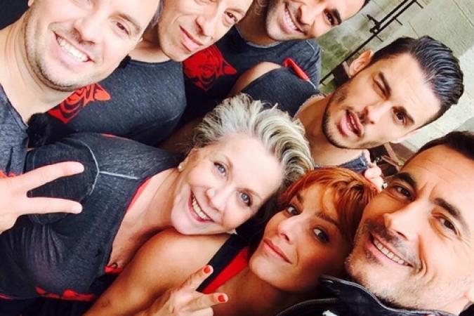 Fort Boyard 2014 : Fin de tournage du jour 1. Beaucoup de rires et d'émotion. Ici selfie Equipe 1 pour Le Refuge (26/05/2014 - O. Minne)