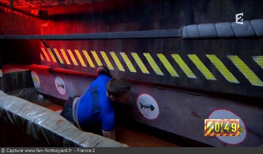 Fort Boyard 2016 : Le prisonnier doit passer une planche basculante au dessus d'un bac à mélasse